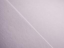 Nahaufnahme - links normales Kopierpapier, rechts Clairefontaine 1821C DCP Druckerpapier